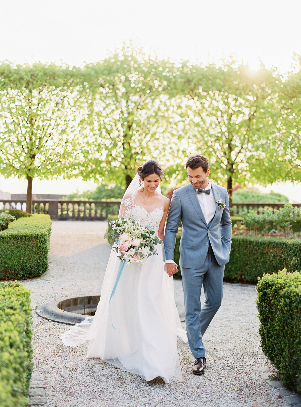 wedding couple getting married in germany wedding castle in germany dusty blue color palett bouquet with velvet ribbon velvet themed wedding