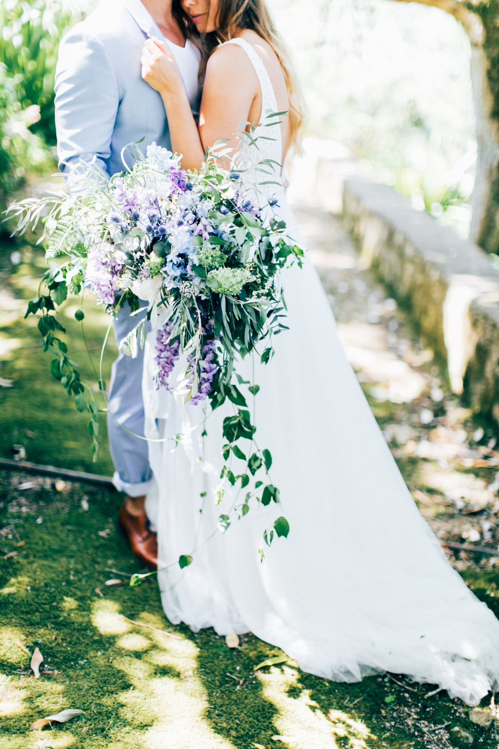 wedding floristry, blue and lilac wedidng bouquet, bridal bouquet, couple