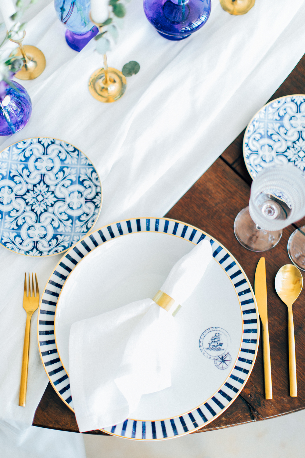 wedding table, table details, table decoration, dinnerware, tableware, golden accents