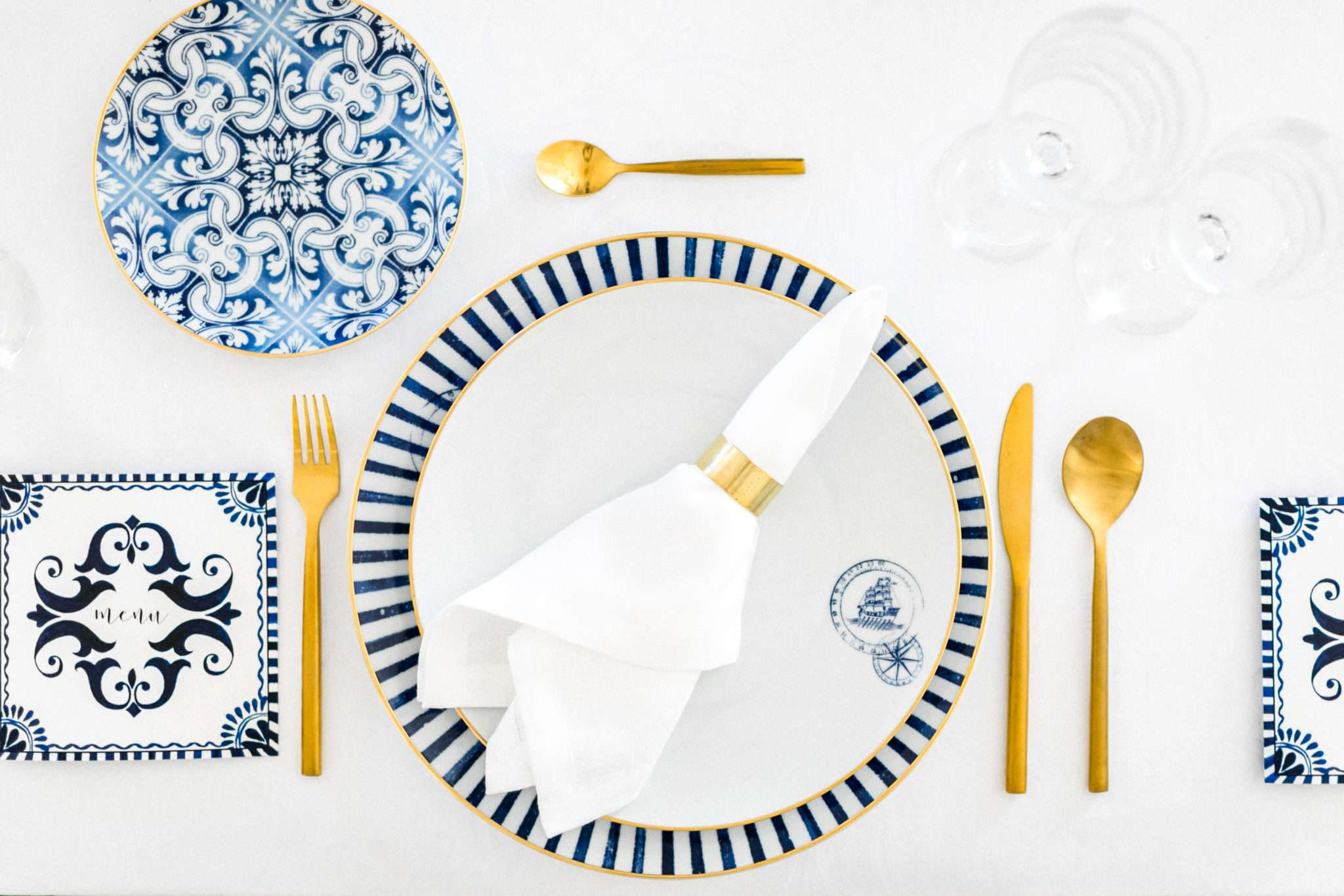 golden napkin ring, white blue and gold wedding table design