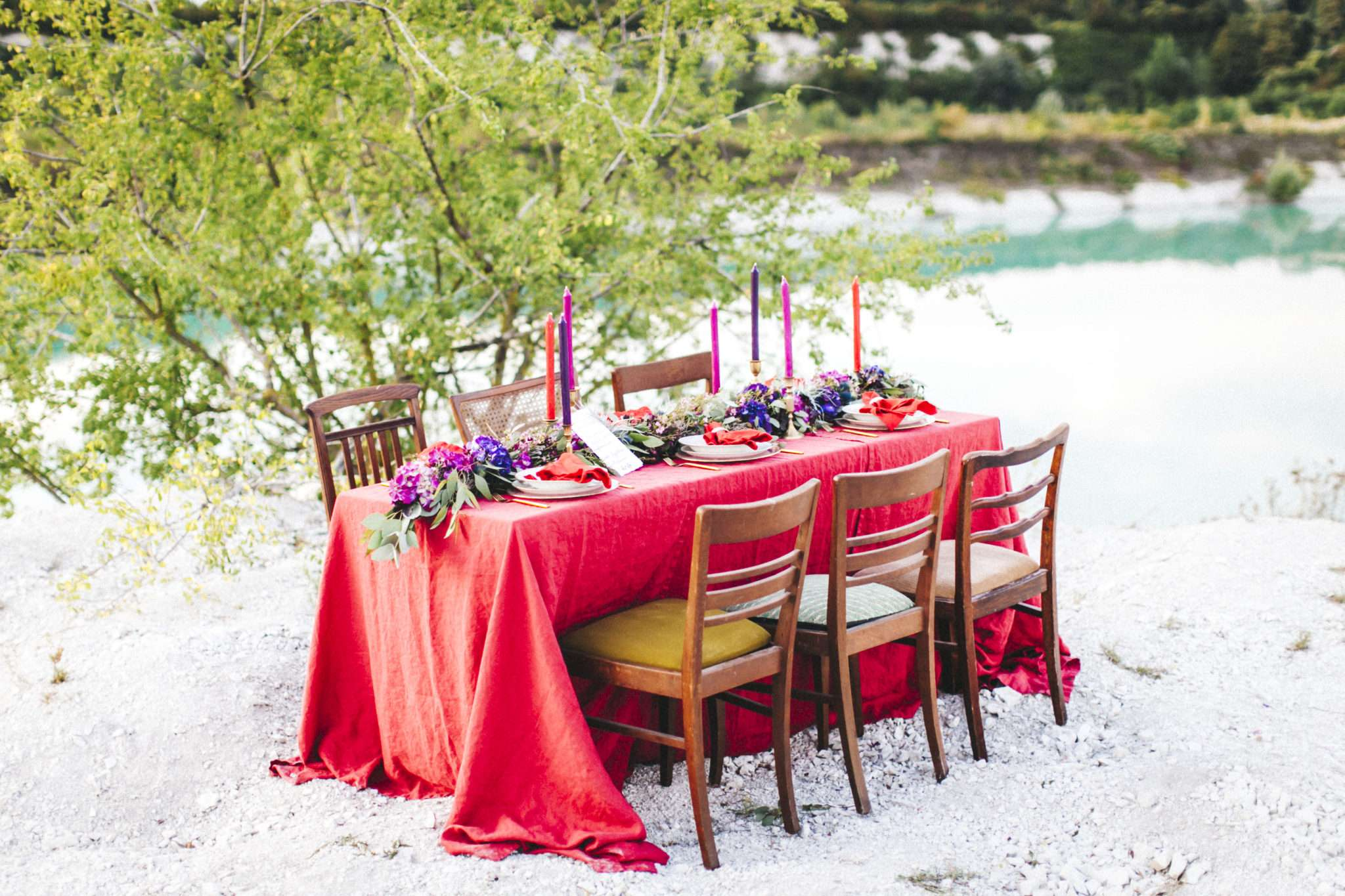 red linen wedding, red wedding, berry colored wedding table decoration